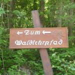 Hinweisschild zum von den Freien Wählern in Zusammenarbeit mit dem Forstamt Bruchsal errichteten Waldlehrpfad im Gewann Kehrberg.